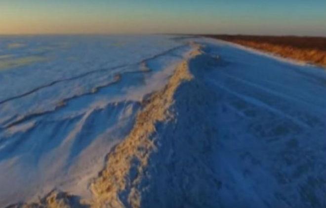 На озере Ханка на границе Китая и России образовалась ледяная стена высотой до 20 м