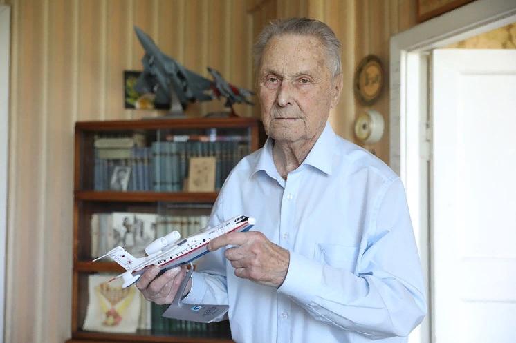 Как летать всю жизнь, получить часы из рук де Голля и работать в 100 лет