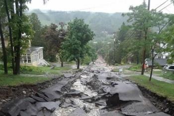 Катастрофическое наводнение в США: дороги и мосты рушатся, есть жертвы