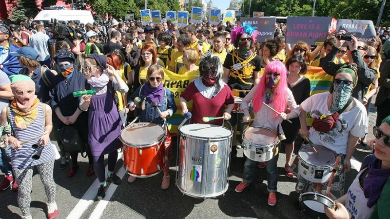 Европарламент призвал Порошенко возглавить гей-парад в Киеве