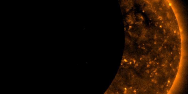 В пятницу 13-го Суперлуна частично закрыла Солнце