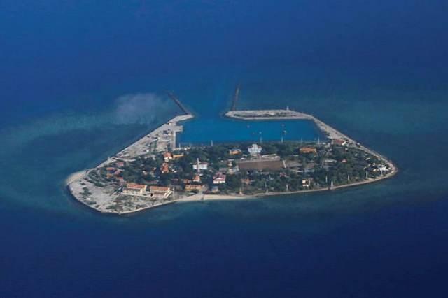 Китай произвел шесть предупредительных выстрелов по самолету ВМС США