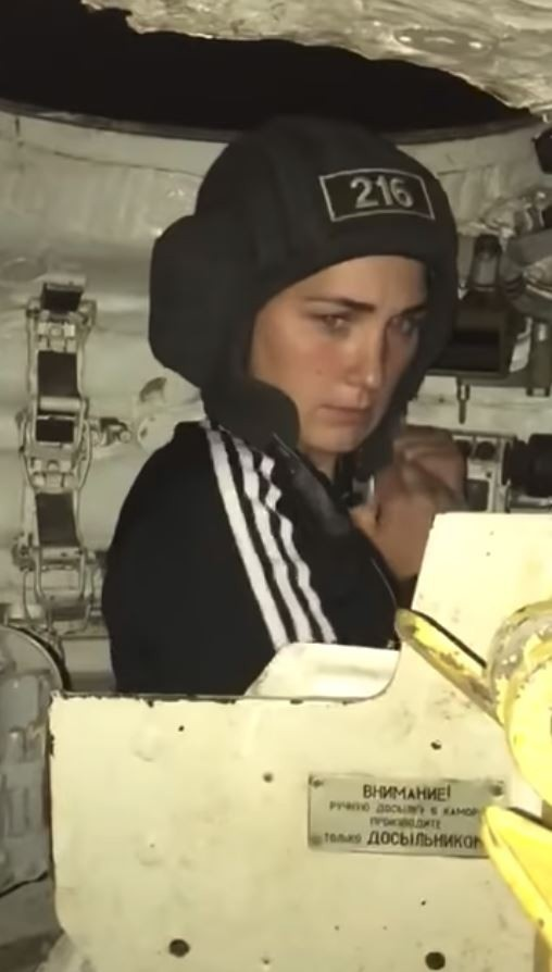Офицер-танкист решил показать жене, чем он занимается на работе.